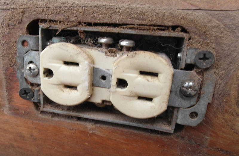 How to remove an outlet cover