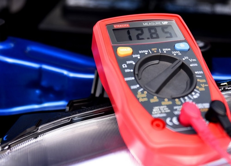 Test battery voltage with multimeter